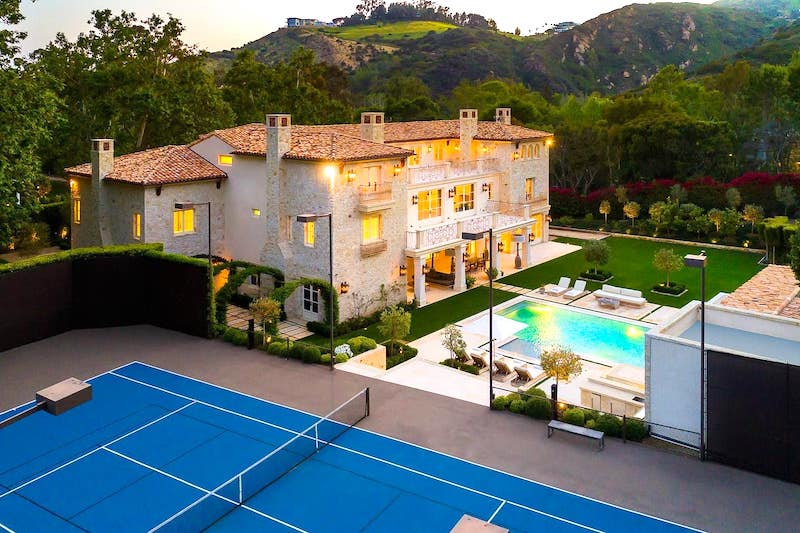 This ultra luxury villa is one of the best airbnbs in Malibu