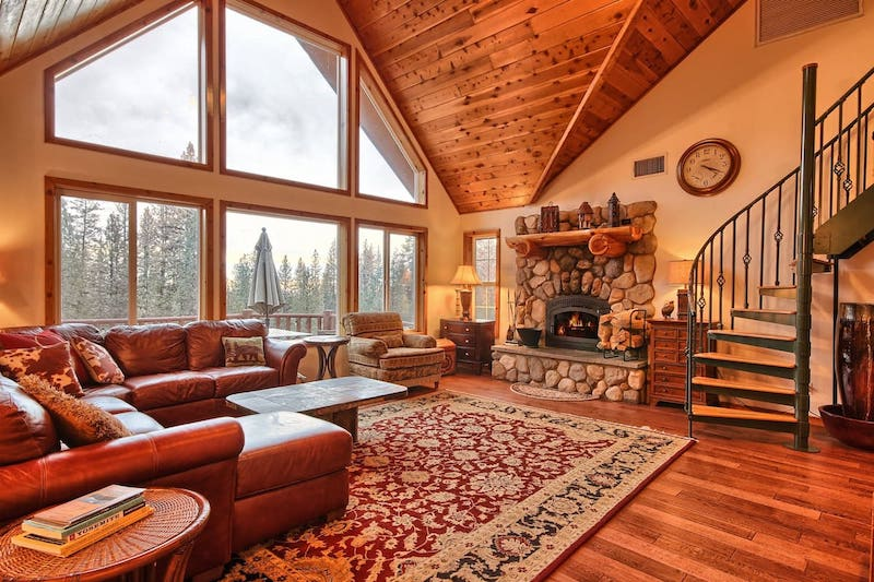 This lodge is one of the best airbnbs in Yosemite area