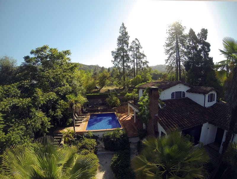This villa is one of the best airbnbs in Yosemite area