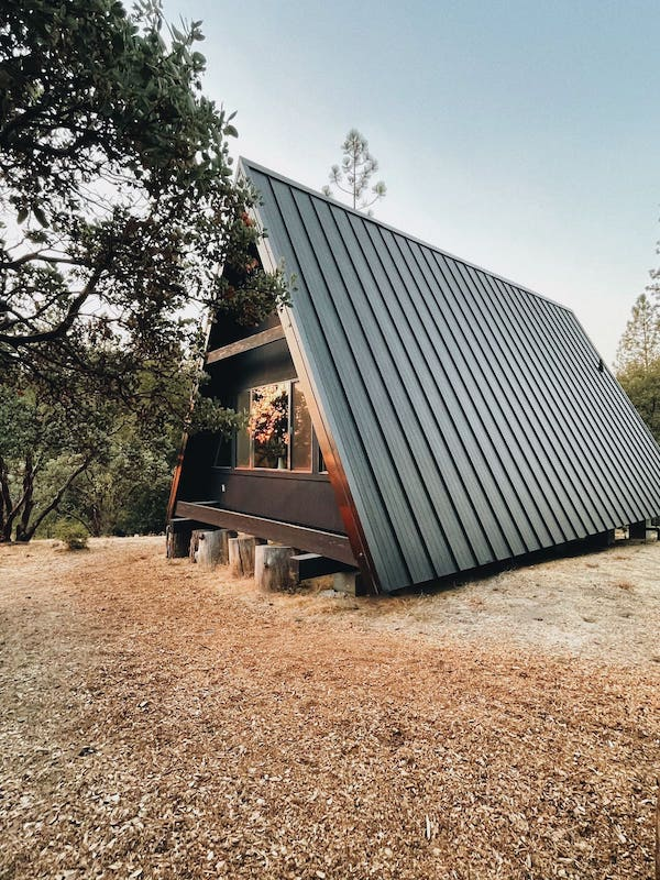 This modern cabin is one of the best airbnbs in Yosemite