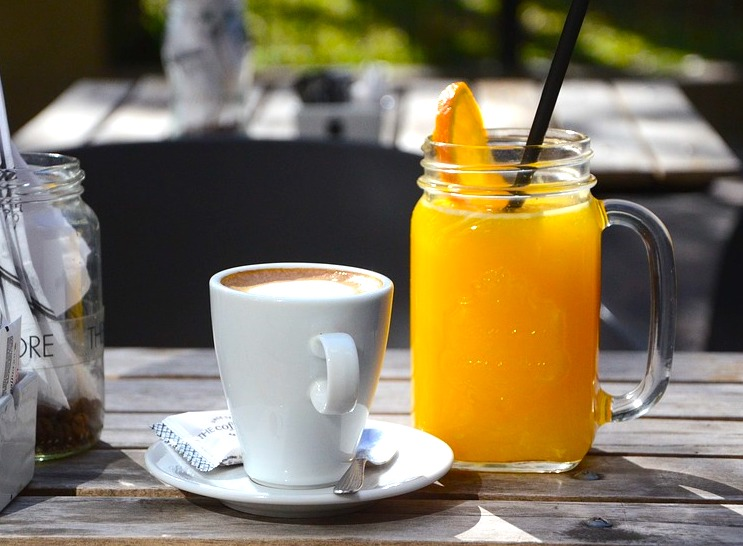 Zumo con naranja y cafe con leche si one of the most populas Spanish breakfasts in Spain