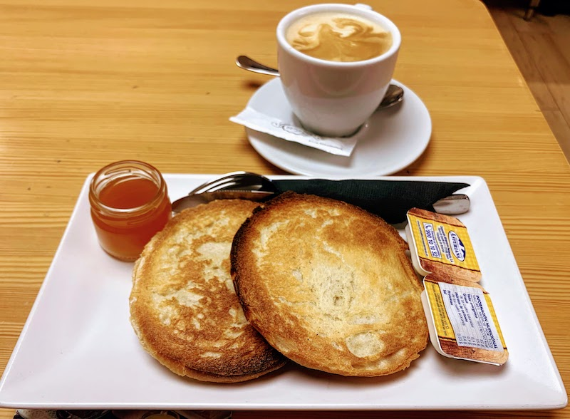 ostadas con mantequilla y mermelada are some of the most popular Spanish breakfasts in Spain